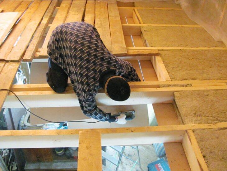 Утепление стен и потолка деревянного дома своими руками