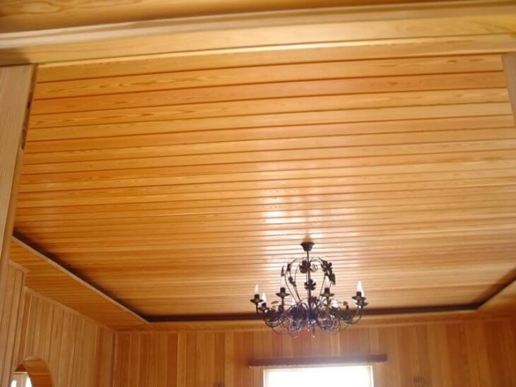Чем можно отделать потолок в деревянном доме
